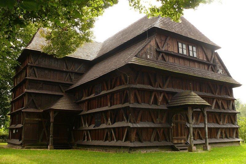 Nhà thờ bằng gỗ trên núi Karpat với phức hợp 9 ngôi nhà thờ khác nhau